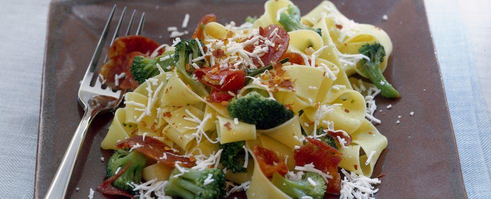 pappardelle-con-ricotta-broccoli-e-salame-986x400